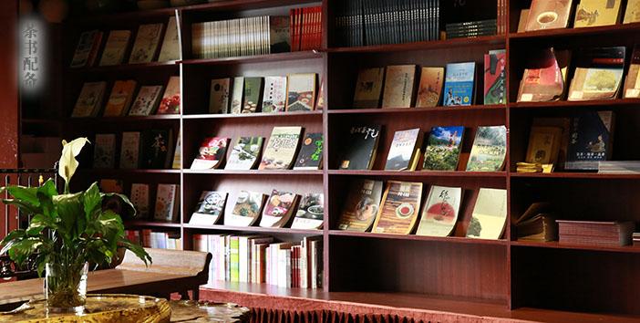 新境普洱茶网 [异度陈香,茶艺培训--云南新境茶文化] 实操练习场地有各类茶书配备