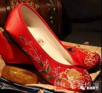 绣花鞋在鞋类大家庭中,鞋文化与刺绣艺术完美结合的中国绣花鞋是华夏民族独创的手工艺品,这种根植于民族文化中的生活实用品被世人誉称&ldquo;中国鞋&rdquo;。在华夏古老的大地上自从由母系社会转成父系社会后,便形成了男耕女织的社会分工,历代妇女一代一代传承着古老的绣花鞋技艺,在不盈方尺的鞋材上她们一针一线地...<br /><a href='http://www.tea1199.com/a/2017/peixundongtai_0818/1042.html'> <<< 详情</a>
