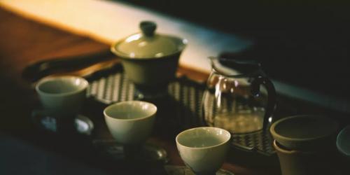 """为什么说""""历数中国千茶百茗,独具意境的要数普洱茶""""?是因为它知晓盛唐的风华与秘密,也融汇了徽宗雨过天青的幽渺;它流过时间的风云,也留下了和淡而有味的哲思。 <br /><a href='https://mp.weixin.qq.com/s/aQIz0gjA26OhViXWsATShA'> <<< 详情</a>"""
